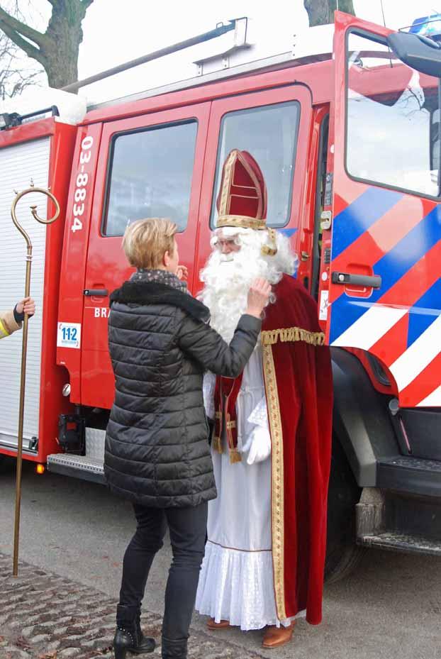 Brandweer rukt uit voor Sinterklaas en Zwarte Piet in Erm